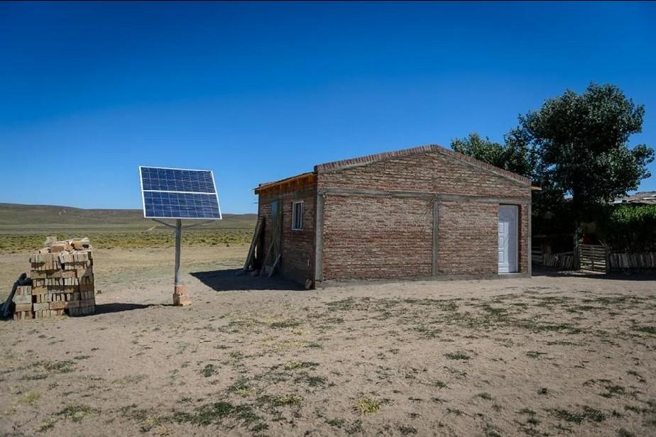 Weretilneck visitó a familias rurales que ahora tienen luz