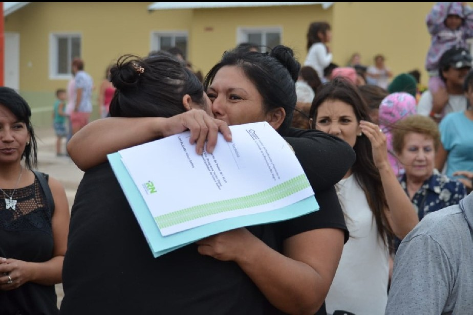 Más de 40 familias de Cinco Saltos recibieron la llave de su casa propia