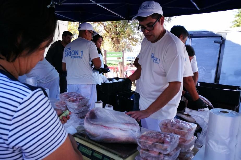 Villa Regina: Una multitud se acercó a comprar pescados y mariscos