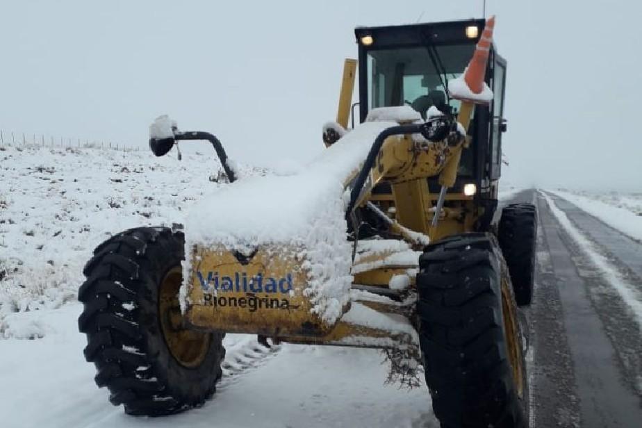 Comenzó el operativo invernal con el despeje de nieve y hielo en las rutas provinciales