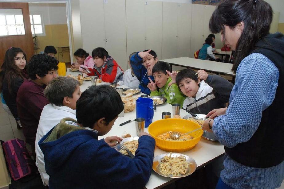 Peras y manzanas rionegrinas en los comedores escolares provinciales