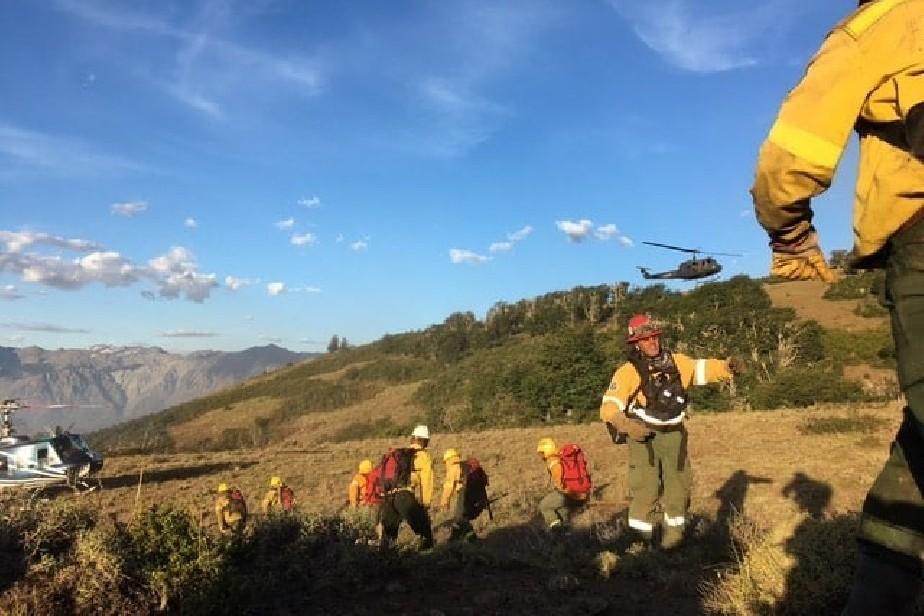 El Bolsón: permanente trabajo para controlar el incendio