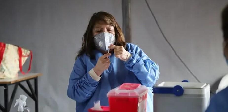 Se jubiló, pero volvió como voluntaria para ayudar en la vacunación contra el COVID-19